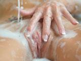 Llegó justo a tiempo, su mujer se estaba masturbando en la bañera - Masturbaciones