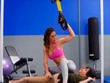 Un día entrenando en el gimnasio con la MILF Cherie DeVille - Maduras