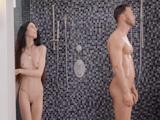 Ahora que mi amiga duerme, me voy a duchar con su marido - Sexo Gratis