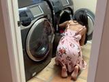 La veo poner la lavadora con el culo en pompa y joder, me ha puesto - Videos Porno