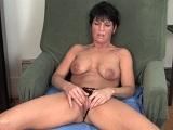 La abuela se masturba en el sofá hasta dejarse el coño seco - Amateur