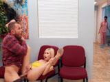 Kiara Cole y Scott Nails se ponen a follar en la sala de espera del médico - Porno Gratis