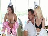 Las dos gemelas de la fiesta de cumpleaños me la quieren chupar - Trios