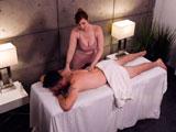 Una le da un masaje por todo el cuerpo y la otra le hace una buena mamada - Xhamster