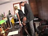 El jefe la pilla mirando porno en la oficina y haciéndose un dedo - Porno Gratis