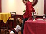 Su novia se va al servicio y la camarera se arrodilla a comerle la polla - Redtube