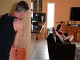 Llega a casa y pilla a su madrastra masturbándose en el sofá ... !! - Maduras