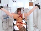 Doctora y paciente terminan follando duro en la consulta.. - Maduras