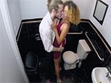 Harta de que su novio pase de ella se folla al camarero en el baño - XXX
