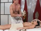 Yo me relajo y el masajista se aprovecha de mi, me gusta.. - Masturbaciones