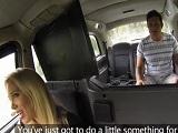 Se baja los pantalones en medio del taxi y la conductora se lo folla - Folladas En El Taxi