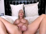La MILF Nikki Benz se masturba en la webcam para nosotros.. - Webcam Porno