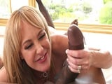 Brandi Love disfruta mucho con la enorme polla del negro.. - Mamadas