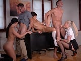 Los jefes se montan una buena orgía con las secretarias.. - Orgias