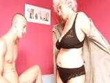 Mira con mucho deseo el sobrino a su abuela cachonda.. - Incestos