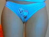 Con sus bragas de Hello Kitty se empieza a tocar delante de la cámara - Webcam Porno