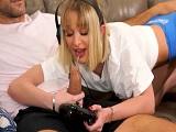Jugando a la consola pero ella no para de comer polla.. - HD
