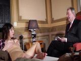 Me hace la entrevista de trabajo en mi habitación, es un viejo verde - Entrevistas