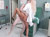 El paciente se folla a la doctora, una rubia con unas tetas.. - Porno Gratis
