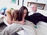 Esta joven sabe tratar muy bien de su abuelo, que mamada! - Incestos