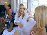 La profe seduce a un alumno y sus amigas para echar una follada - POV