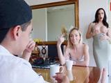 Qué hace la madre de mi novia? si me está enseñando las tetas joder - Xvideos
