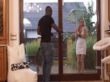 Vecina, no te mojes hombre.. Pasa a mi casa que está lloviendo.. - Interracial