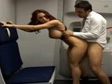 En los servicios del avión me empotro a la pelirroja tetona - Pelirrojas