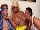 El marido trae a un amigo para hacer un buen trío, uuf! - Trios