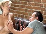 A este tío le gustan las mujeres viejas.. Mientras más, mejor! - Pornhub