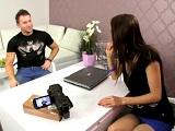 Entrevistadora se fija en los candidatos más guapos y se los folla - Casting Porno