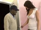Me llevo al gorila de la discoteca a mi casa para follármelo - Interracial
