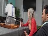 La mujer casada le hace una paja al amigo de su marido, uuf! - Videos Porno