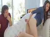 Pillo a mi hermana jugando con uno de sus consoladores.. - Videos Porno