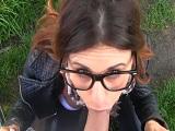 Estudiante de moda muy guapa me la chupa en el campo - Amateur