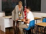 La profesora pone nervioso al alumno con ese gran escote.. - Sexo Gratis