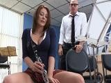 La flauta no la toca bien, ahora, una buena polla si que sabe.. - HD