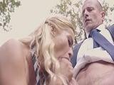 La rubia Cherry Kiss se la acaba chupando a uno de sus profesores - Mamadas