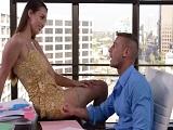 La secretaria se sienta a mi lado y me acerca esas piernas, uuuf! - Secretarias