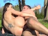 Día de picnic con su chico termina en una buena follada anal! - Anal