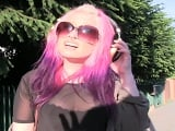 La chica del pelo rosa hace buenas mamadas en el campo - HD