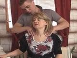Un masaje para mi cuñada y después la follada en la cocina