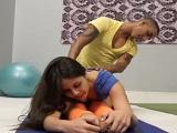 Profesor de yoga árabe mete la polla hasta el fondo a sus alumnas - XXX
