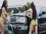 Las dos guarras del bikini le lavan el coche y se lo follan - Tetonas