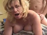 Pongo a la madura mirando hacia cámara para follarla muy duro - Webcam Porno