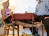 La mujer de mi mejor amigo me casca una paja bajo la mesa - Casadas