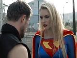 Supergirl acaba con los malos dándoles una buena follada - Youporn