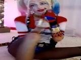 Se disfraza de Harley Quinn y se afeita el coño para la webcam - Webcam Porno