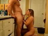 No veas cómo viene buscando polla dura mi mujer a la cocina - Caseros