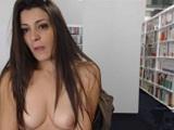 Loca se masturba en la biblioteca y la acaban pillando! - Webcam Porno